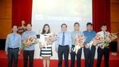 Ông Nguyễn Tấn Phong (giữa), Tổng Biên tập Báo Sài Gòn Giải Phóng, tri ân các nhà tài trợ. Ảnh: NGUYỄN NHÂN