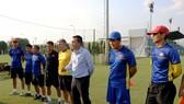 Lãnh đạo VFF thăm và động viên toàn đội trước ngày lên đường. Ảnh: ĐOÀN NHẬT