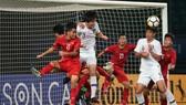 Đội Việt Nam (áo đỏ) bị loại sau 3 trận toàn thua.