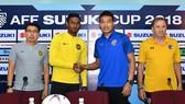 HLV và đại diện cầu thủ 2 đội tại buổi họp báo