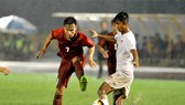 Việt Hưng (7) tranh bóng cùng cầu thủ Myanmar. Ảnh: NGUYỄN NHÂN