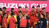 Thủ tướng Nguyễn Xuân Phúc chúc mừng HLV Park Hang-seo trên bục trao Cúp. Ảnh: DŨNG PHƯƠNG