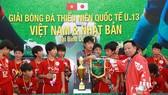 Ban tổ chức trao cờ vô địch cho đội Nhật Bản. Ảnh: DŨNG PHƯƠNG