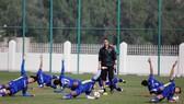 HLV thể lực Fonseca cùng các cầu thủ ở phần khởi động. Ảnh: ĐOÀN NHẬT