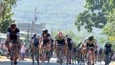 Các tay đua tăng tốc gần đích đến ở Phước Long. Ảnh: NGUYỄN NHÂN