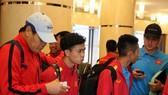 Các cầu thủ Việt Nam khi đến khách sạn. Ảnh: ĐOÀN NHẬT