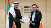 Phó Chủ tịch Thường trực VFF Trần Quốc Tuấn với ông Mohammad Khalfan Al Romaithi (bên trái)