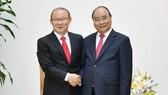 Thủ tướng Nguyễn Xuân Phúc tiếp HLV Park Hang-seo. Ảnh: VGP/Quang Hiếu