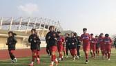 Toàn đội ra sân tập buổi đầu tiên vào chiều 28-2. Ảnh: Đoàn Nhật