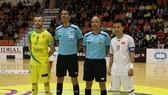 Đội trưởng hai đội chụp ảnh lưu niệm cùng tổ trọng tài trước trận đấu. Ảnh: ANH TRẦN