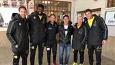Bảo Quân cùng với các thành viên của CLB Jean trước buổi tập