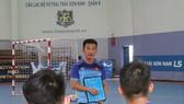 HLV Quốc Tuấn trao đổi với các cầu thủ trước buổi tập