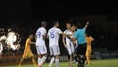 Cầu thủ HA.GL có đến 2 lần phản ứng trọng tài sau các bàn thắng của Thanh Hóa. Ảnh: MINH HOÀNG