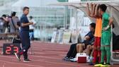 HLV Hoàng Anh Tuấn chia tay đội U18 Việt Nam sau khi đội nhà bị loại. Ảnh: DŨNG PHƯƠNG