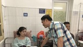 Ông Trần Anh Tú vào bệnh viện thăm chị Huyền Anh. Ảnh: Thanh Đình