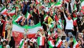 Nữ CĐV đội Iran trên khán đài trong trận Iran - Campuchia