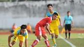 TPHCM (áo đỏ) giành 3 điểm trước Khánh Hòa. Ảnh: Nguyễn Nhân