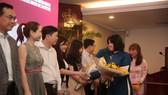 Bà Lý Việt Trung, Phó TBT Báo SGGP trao hoa và cám ơn các nhà tài trợ cùng đồng hành với Giải thưởng. Ảnh: Dũng Phương