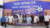 Ban tổ chức và đại diện các đội tham dự chụp ảnh lưu niệm tại buổi họp. Ảnh: Anh Trần