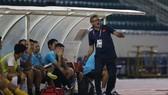 Ông Troussier vẫn không hài lòng dù các học trò có chiến thắng 4-1. Ành: DŨNG PHƯƠNG