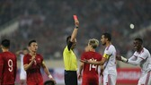 Phản ứng của Khalifa Mubarak (12) khi bị thẻ đỏ. Ảnh: Dũng Phương