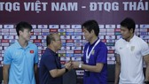 HLV và đại diện cầu thủ 2 đội tại buổi họp báo. Ảnh: Minh Hoàng