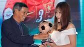 HLV Mai Đức Chung trao giải Quả bóng đồng nữ Việt Nam 2018 cho Chương Thị Kiều. Ảnh: Hoàng Hùng