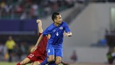 Tình huống phạm lỗi của hậu vệ Thái Lan dẫn đến quả phạt 11m vào cuối trận. Ảnh: Dũng Phương