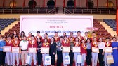 Các thành viên tham dự SEA Games nhận bằng khen và quà tại buổi họp mặt. Ảnh: Thanh Đình