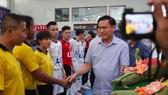 Chủ tịch LĐBĐ TPHCM Trần Anh Tú chào mừng các đội và trọng tài tham dự giải. Ảnh: Thanh Đình