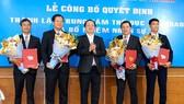 PGS.TS Huỳnh Thành Đạt trao hoa chúc mừng Ban lãnh đạo Trung tâm TDTT ĐH Quốc gia TPHCM. Ảnh: Anh Trần