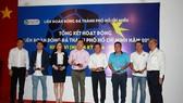 Ông Trần Anh Tú trao kỷ niệm chương cho đại diện các đội bóng đạt thành tích tốt trong năm 2019. Ảnh: Đức Anh