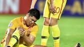 Zhang Tuning đau đớn khi gặp chấn thương
