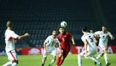 Đức Chinh giữa vòng vây hậu vệ Jordan. Ảnh: MINH HOÀNG