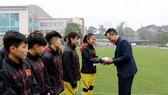 Ông Trần Quốc Tuấn thay mặt VFF lì xì cho các thành viên đội tuyển nữ Việt Nam. Ảnh: Đoàn Nhật