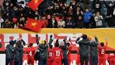Thầy trò đội Việt Nam đến cám ơn CĐV trên khán đài sau trận đấu. Ảnh: Đoàn Nhật