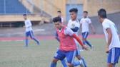 Công Sơn (áo đỏ) và Tuấn Tài, những cầu thủ từ Viettel tăng cường cho Huế. Ảnh: Hữu Thịnh