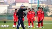 HLV Mai Đức Chung cùng các học trò tích cực chuẩn bị cho trận play-off với Australia. Ảnh: Đoàn Nhật