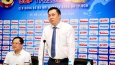 Phó chủ tịch VFF Cao Văn Chóng thay mặt VFF cám ơn sự chia sẻ của hai đội. Ảnh: Gia Hòa