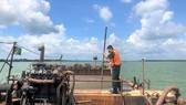 Bắt 2 sà lan vận chuyển trái phép trên 1.000m³ cát ở biển Cần Giờ
