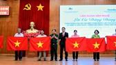 Trao tặng hơn 2.700 lá cờ Tổ quốc và ảnh Bác Hồ cho ngư dân bám biển