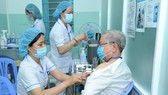 Nhân viên y tế bệnh viện ngoại thành được tiêm chủng vaccine ngừa Covid-19