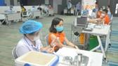 Nhân viên FPT Sofware TPHCM tại khu công nghệ cao TP HCM tiêm vaccine Covid-19 sáng ngày 19-6. Ảnh: CAO THĂNG