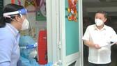Phó Chủ tịch UBND TPHCM Dương Anh Đức kiểm tra công tác chuẩn bị tiêm vaccine đợt 5 tại Trường Tiểu học Lam Sơn (phường 12, quận 6). Ảnh: CAO THĂNG