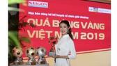 Hoa hậu Du lịch thế giới được yêu thích nhất năm 2019 đẹp rạng rỡ bên quả bóng vàng Việt Nam