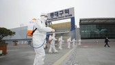 Lực lượng chức năng đang khử trùng tại Daegu - nơi ghi nhận số ca nhiễm Covid-19 cao nhất tại Hàn Quốc. Ảnh: Yonhap