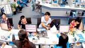 Customers do transactions at a bank. (Photo: SGGP)