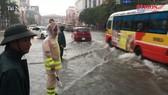 Miền Trung oằn mình trong mưa lũ dồn dập