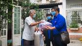 Mang nhu yếu phẩm đến tận nhà, hỗ trợ người già neo đơn chống dịch