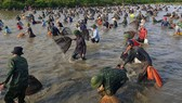 """Hàng ngàn người dân nô nức tham gia lễ hội đánh cá """"độc nhất"""" ở Hà Tĩnh"""